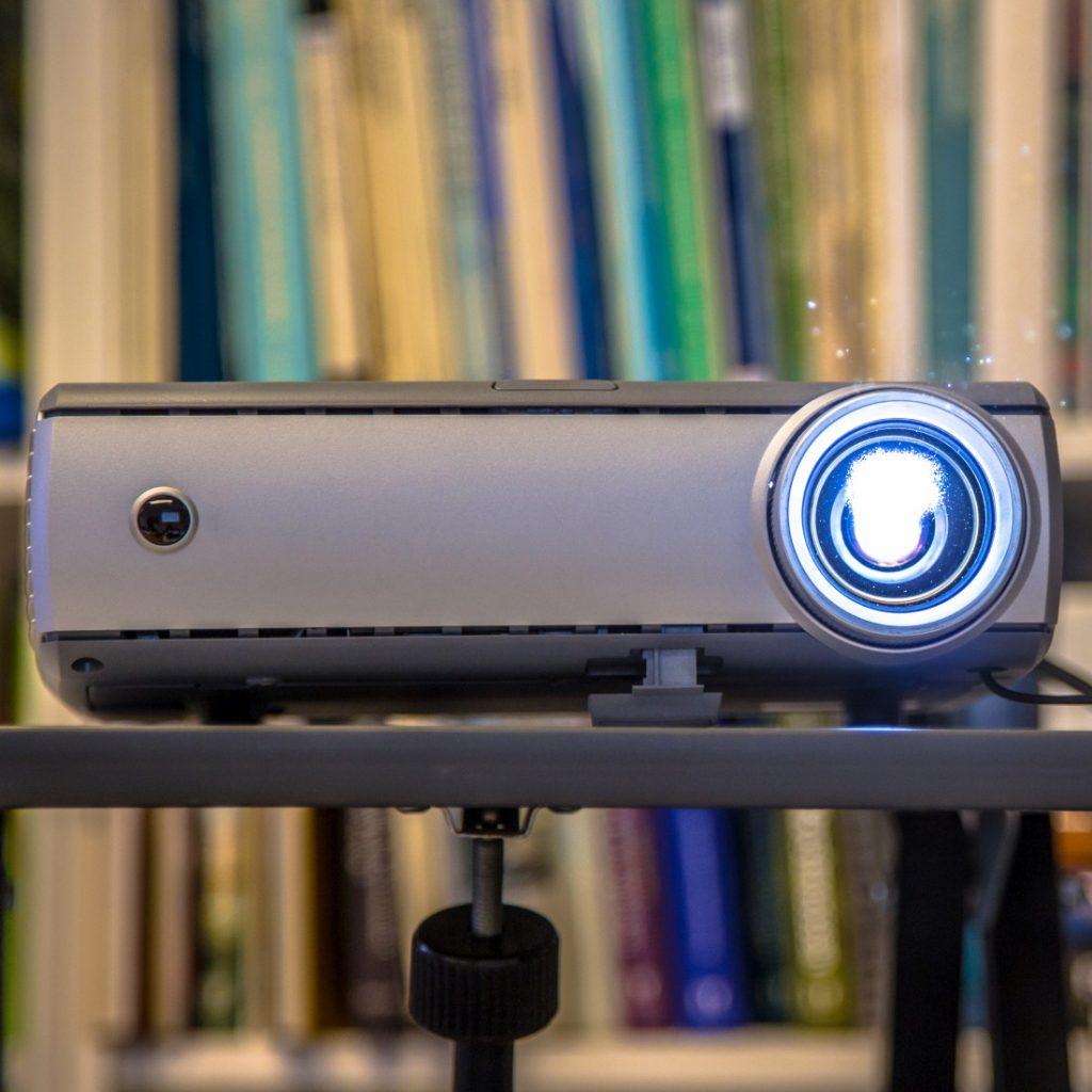 projektory-szkolne-multimedialne